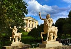 Los centauros tienden un puente sobre y palacio en el parque de Pavlovsk Imagenes de archivo