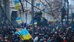 Los centenares de ucranianos con symbolics nacional durante la calle de Hrushevsky coinciden almacen de video