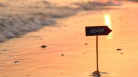 Los centros turísticos o la playa de playas vacations la idea - puesta del sol en el mar almacen de video