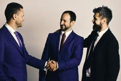 Los CEOs sacuden las manos en fondo gris claro Negocio y compromiso imágenes de archivo libres de regalías