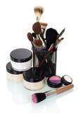 Los cepillos cosméticos para los tarros del maquillaje baten, sombra de ojos, colorete Fotos de archivo