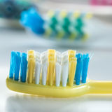 Los cepillos de dientes coloridos son mismo primer Imagenes de archivo