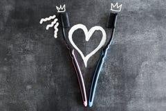 Los cepillos de dientes en un fondo gris, símbolos del amor aislaron el obje Foto de archivo libre de regalías