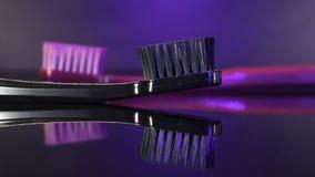 Los cepillos de dientes se cierran para arriba aislado en el fondo del darck Fotografía de archivo libre de regalías