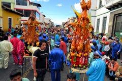 Los cerdos adornaron con las frutas, bebidas espirituosas, banderas y Imagen de archivo libre de regalías