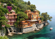 Los chalets de playa acercan a Portofino, Italia Fotografía de archivo