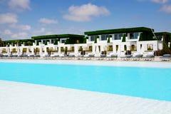 Los chalets modernos acercan a la piscina en el hotel de lujo Foto de archivo libre de regalías