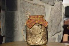 Los champiñones secados - procera de Macrolepiota, en el tablero de madera imágenes de archivo libres de regalías
