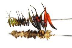 Los chiles y el chalote asados a la parrilla preparan cocinar aislado en el fondo blanco foto de archivo libre de regalías