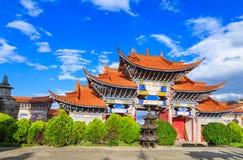 Los chinos arqueados encantan debajo del cielo azul y de la nube blanca Imagen de archivo