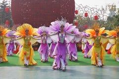Los chinos bailan al grupo que estaban en el concierto Fotografía de archivo libre de regalías