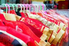 Los chinos de Qipao se visten para los niños que cuelgan en una línea de ropa Fotografía de archivo