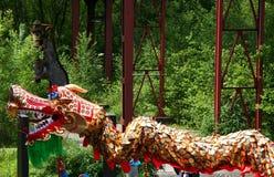 Los chinos Dragón-Bailan Imagenes de archivo