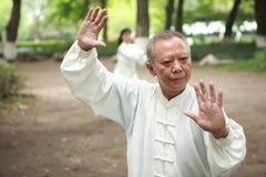 Los chinos hacen taichi afuera Fotos de archivo libres de regalías