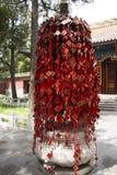 Los chinos parque de Asia, Pekín, Beihai, hacen un deseo, bendición, hornilla de incienso, Imagen de archivo libre de regalías