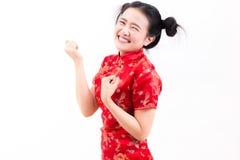 Los chinos que llevan de la mujer asiática joven visten el cheongsam tradicional con el gesto de la enhorabuena, Imagen de archivo libre de regalías