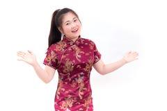 Los chinos que llevan de la mujer asiática joven visten el cheongsam tradicional con el gesto de la enhorabuena, Imagenes de archivo