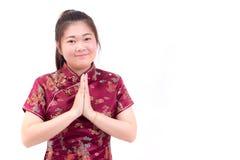 Los chinos que llevan de la mujer asiática visten el cheongsam con el gesto de la enhorabuena, Imagenes de archivo