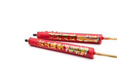 Los chinos rojos enceran velas con el dragón impreso en el fondo blanco Imagen de archivo libre de regalías