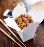 Los chinos sacan con el teléfono elegante en la tabla y el menú Fotografía de archivo