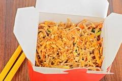 Los chinos se llevan la caja roja de la comida Imagen de archivo