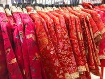 Los chinos tradicionales se visten en la suspensión por Año Nuevo chino Fotografía de archivo