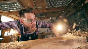 Los chippings de madera están consiguiendo soplados ausente por el carpintero metrajes