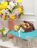 Los chocolates en hoja de oro en una caja en un terciopelo soportan como boda fotografía de archivo