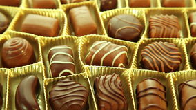 Los chocolates encajonan, fondo sabroso de las almendras garapiñadas almacen de video
