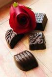 Los chocolates y se levantaron Fotos de archivo libres de regalías