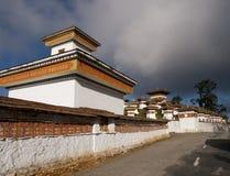 Los 108 chortens en el Dochula pasan entre Punakha y Thimpu Imagen de archivo