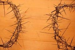 los christs coronan con las espinas en viejo fondo de madera Imagenes de archivo