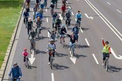 Los ciclistas desfilan en Magdeburgo, Alemania 17 06 2017 Día de acción Los padres con los niños montan las bicicletas en centro  Fotos de archivo