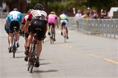 Los ciclistas esprintan abajo de la calle en evento del criterio de Duluth Imágenes de archivo libres de regalías
