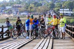 Los ciclistas están en el puente de madera Imágenes de archivo libres de regalías