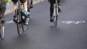 Los ciclistas montan en un carril ocupado del ciclo en Londres por el Támesis metrajes