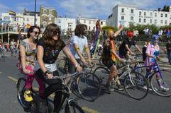 Los ciclistas se unen a en el desfile de orgullo gay colorido de Margate Imágenes de archivo libres de regalías