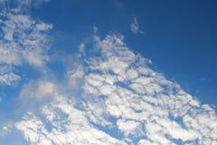 Los cielos azules y las nubes blancas se modelan maravillosamente Fotos de archivo