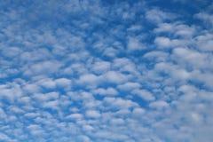 Los cielos azules y las nubes blancas se modelan maravillosamente Fotografía de archivo
