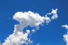 Los cielos azules y las nubes blancas se modelan maravillosamente Foto de archivo