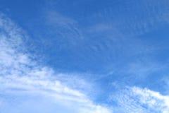 Los cielos azules y las nubes blancas se modelan maravillosamente Imágenes de archivo libres de regalías