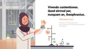 Los científicos de sexo femenino árabes que trabajan el laboratorio que hace al investigador árabe de la mujer del dropper del tu stock de ilustración