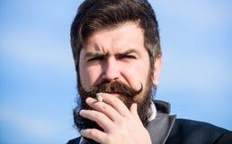 Los cigarrillos nos ayudan con todo del aburrimiento a enojar a la gestión Hombre con el cigarrillo del control del bigote de la  foto de archivo