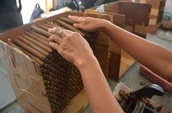 Los cigarros de Jember hecho a mano Foto de archivo