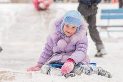 Los cinco años alegres de muchacha se han deslizado de la colina helada imágenes de archivo libres de regalías