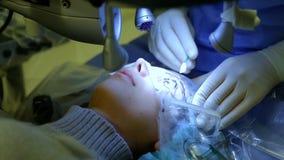 Los cirujanos combinan realizando la operación en el hospital almacen de metraje de vídeo