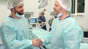 Los cirujanos sacuden sus manos imágenes de archivo libres de regalías