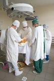 Los cirujanos team en el trabajo Fotografía de archivo