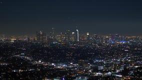 Los citylights de Los Angeles por la noche - visión aérea almacen de video