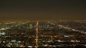 Los citylights de Los Angeles por la noche - visión aérea metrajes